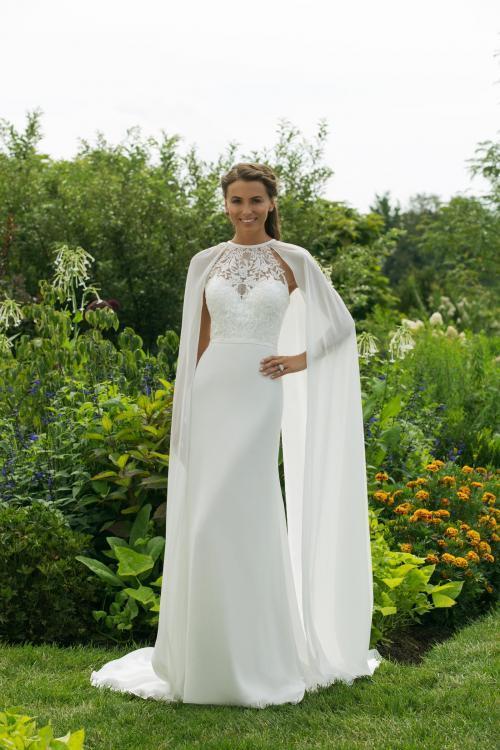 Weißes Brautkleid im Godet-Schnitt mit Spitze, neckholder-Ausschnitt und Cape von Sweetheart, Modell 11002