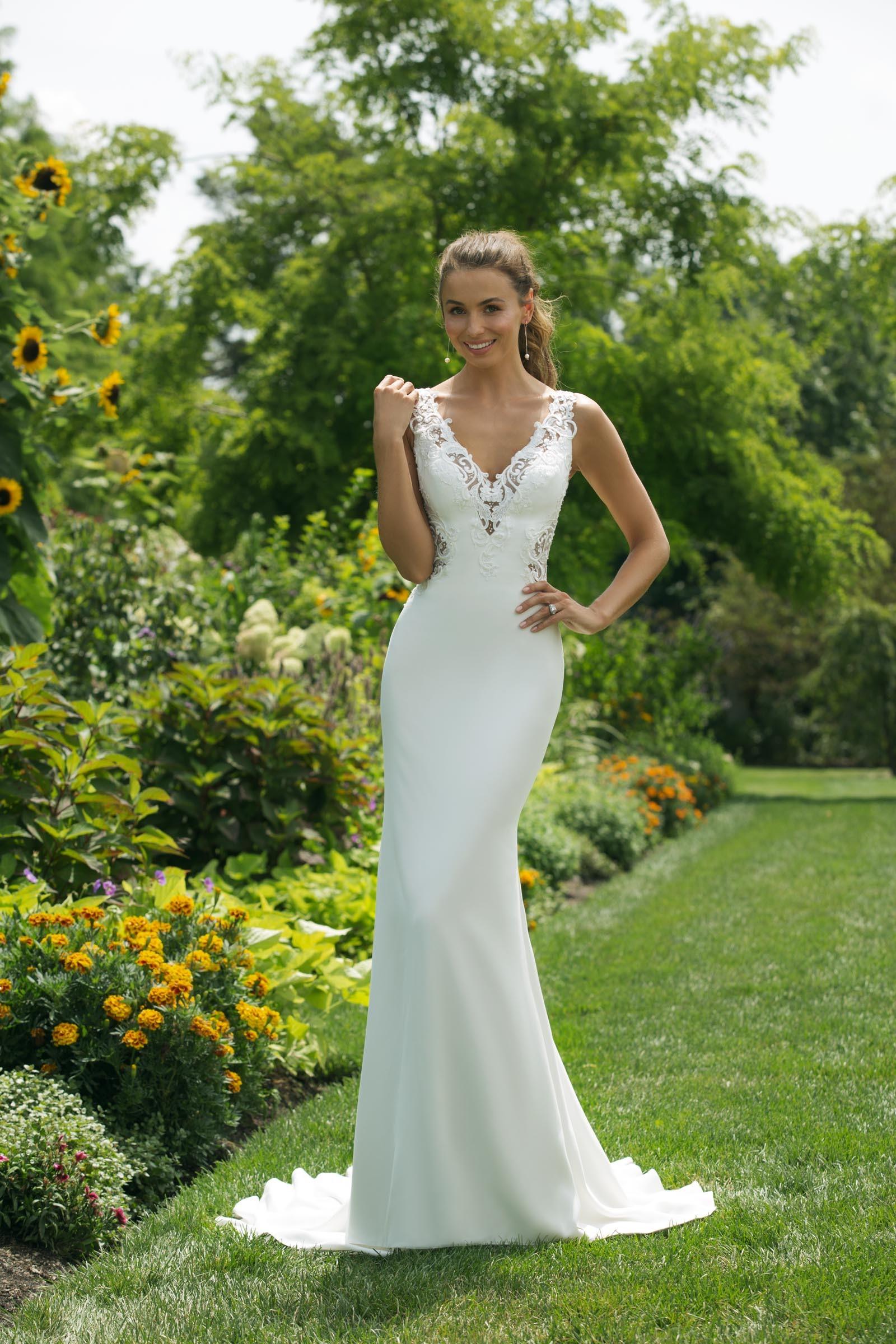 Weißes Brautkleid im Fit-and-Flare-Schnitt mit Spitze, seitlichen Cutouts und V-Ausschnitt von Sweetheart, Modell 11023