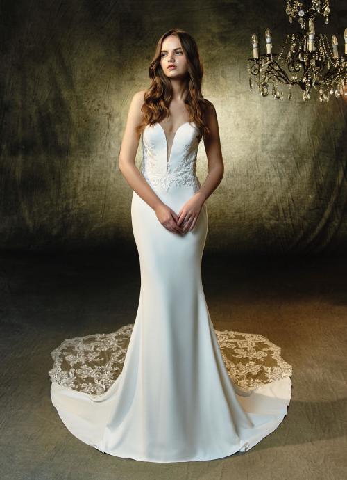 Weißes, elegantes Fit and Flare-Brautkleid mit Schleppe von Blue by Enzoani, Modell Lainey