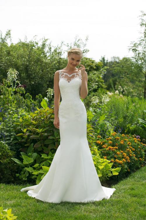 Weißes Brautkleid im Fit-and-Flare-Schnitt mit Spitze und Tattoo-Effekt von Sweetheart, Modell 11015