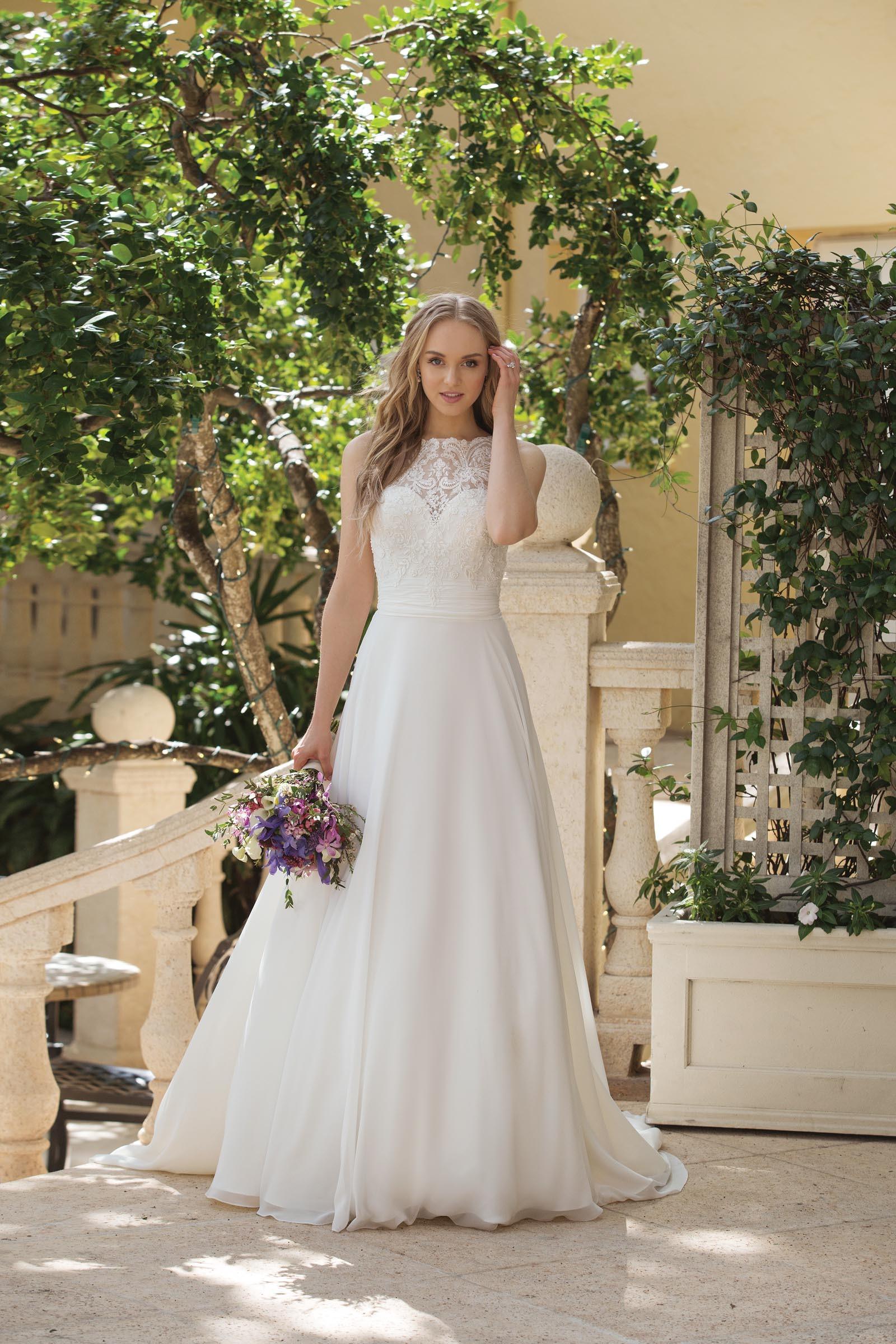 Hochgeschlossenes Brautkleid in Weiß von Sincerity, Modell 18
