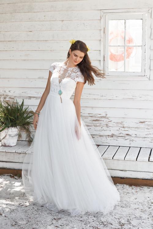 weißes Brautkleid hochgeschlossen mit Spitze und Ärmeln von Lillian West, Modell 66038