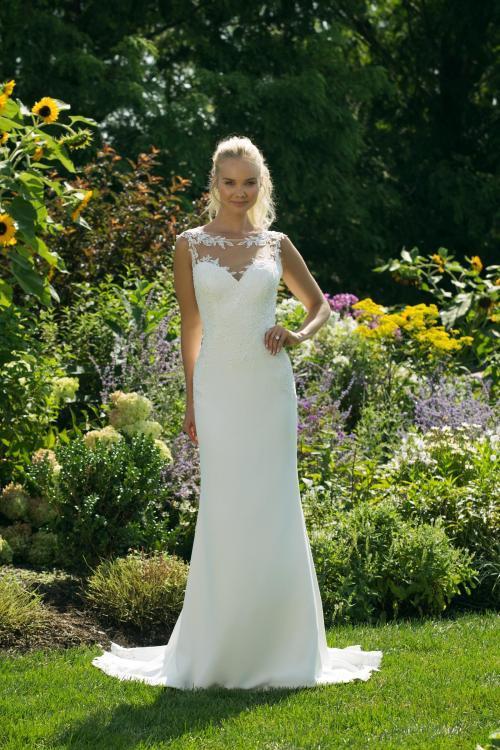 Weißes Brautkleid mit Spitze und Illusion-Ausschnitt in Herzform von Sweetheart, Modell 11009