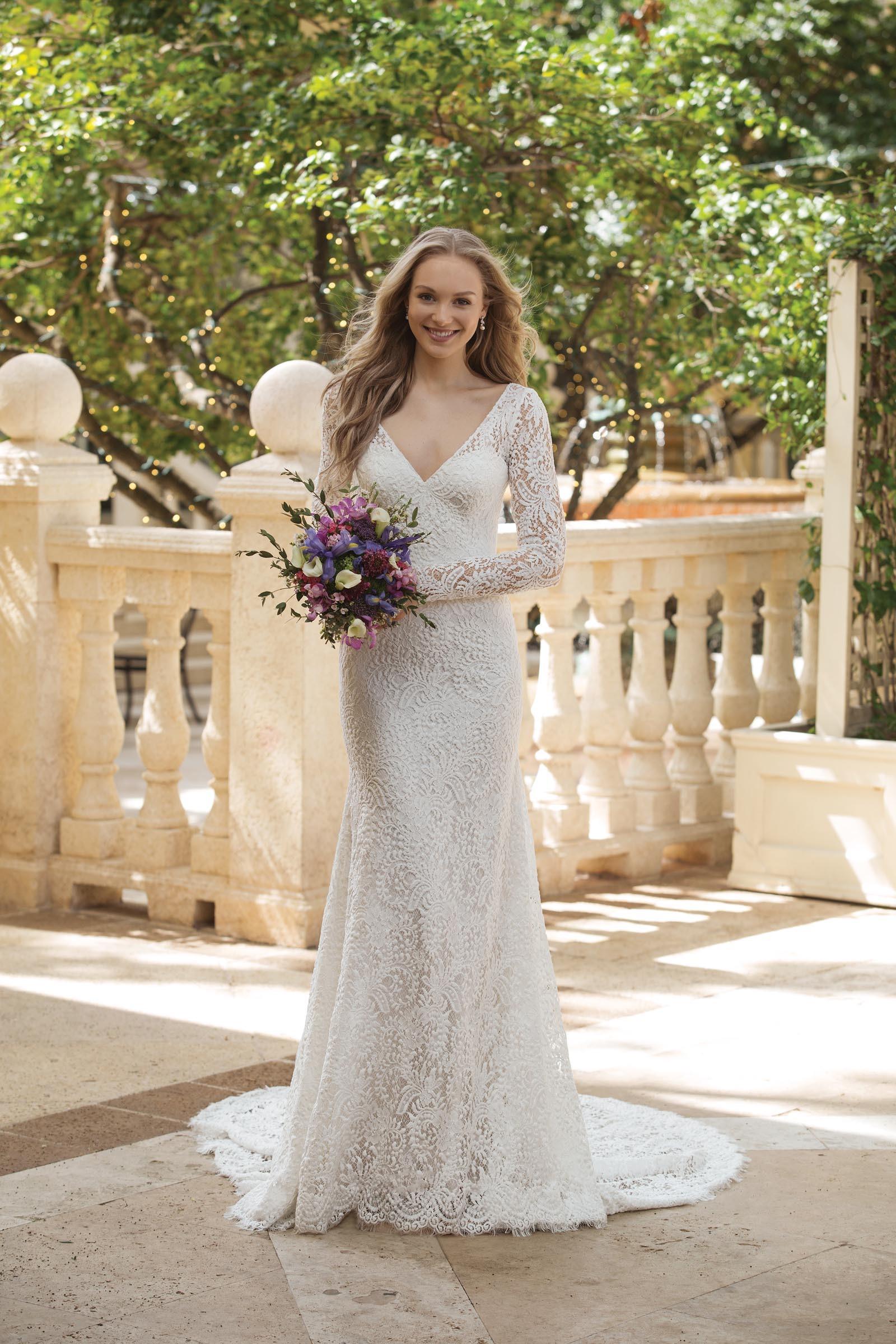 Fit and Flare-Brautkleid aus Spitze mit langem Arm und V