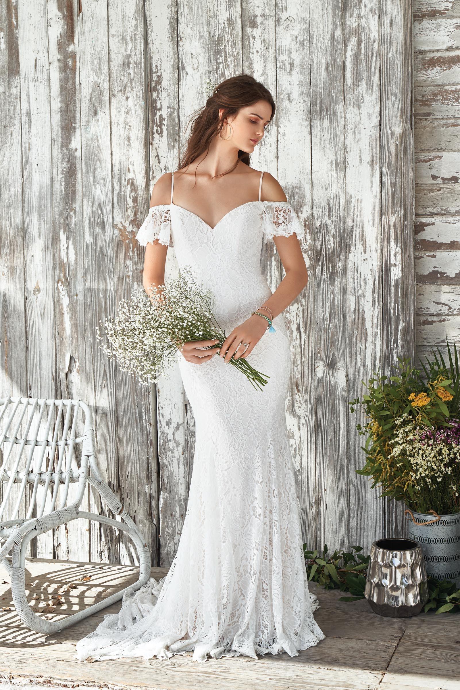 weißes Off-Shoulder Brautkleid aus Spitze mit Spaghettiträger von Lillian West, Modell 66047