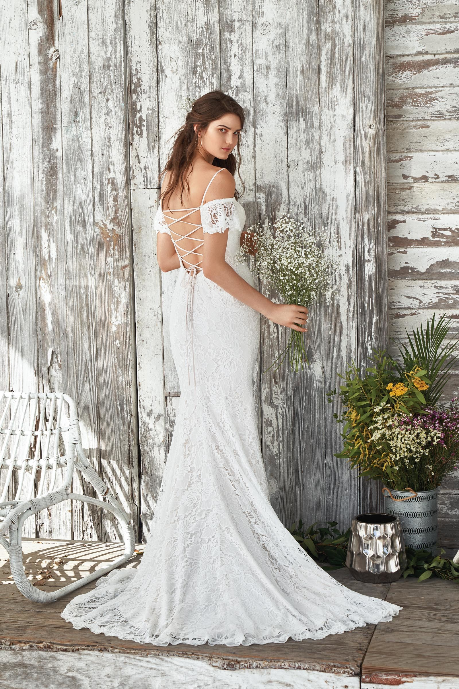 Weißes Brautkleid aus Spitze mit Off-Shoulder- und