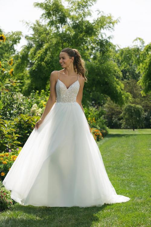 Weißes Brautkleidim Prinzesschnitt mit Spitzentop, Ausschnitt in Herzform und Spaghettiträgern von Sweetheart, Modell 11024