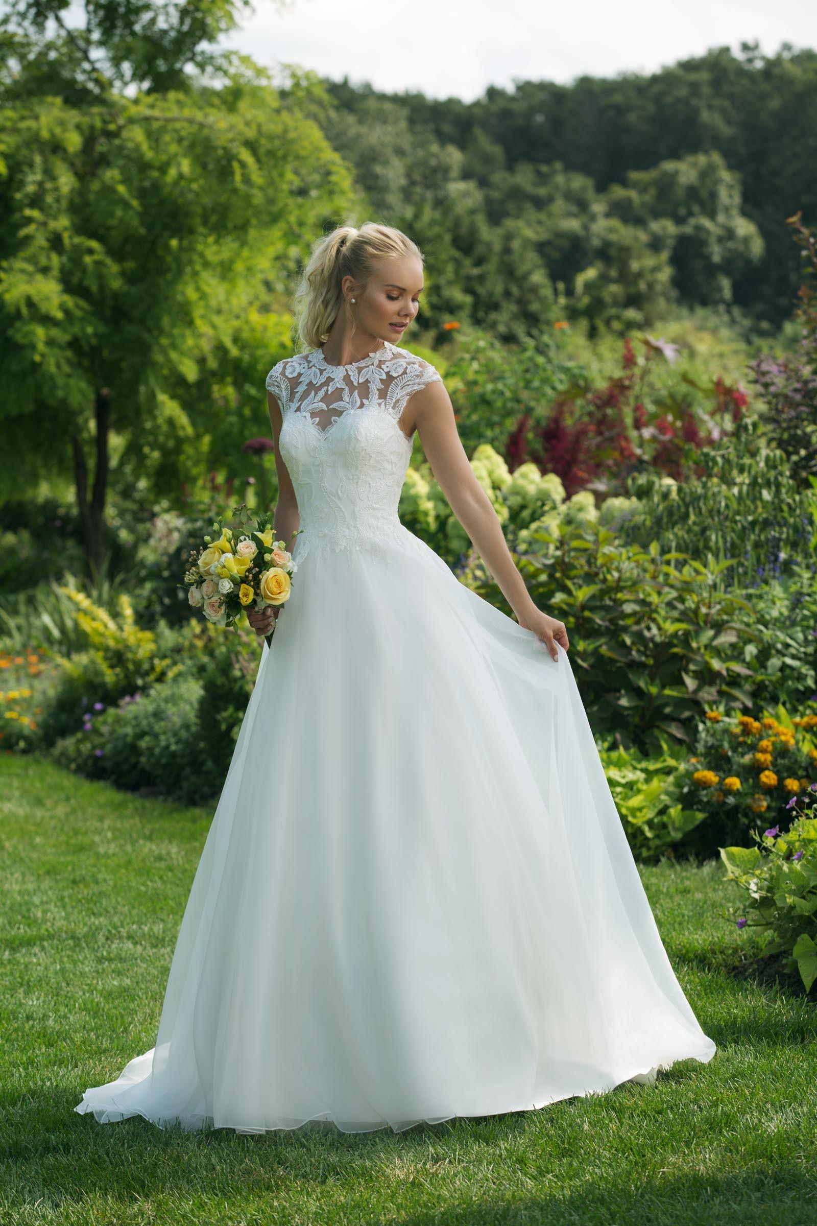 Brautkleid Hochgeschlossen | Weisses Brautkleid Im Prinzessschnitt Mit Spitze Hochgeschlossen