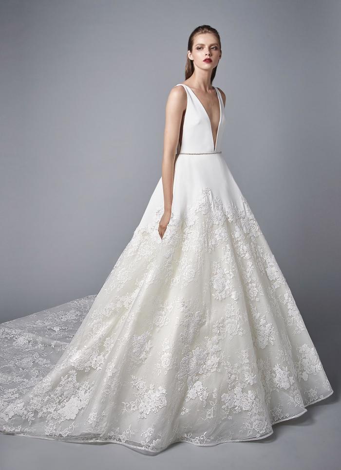 Weißes Brautkleid im Prinzessschnitt mit Spitze, tiefem V-Ausschnitt ...