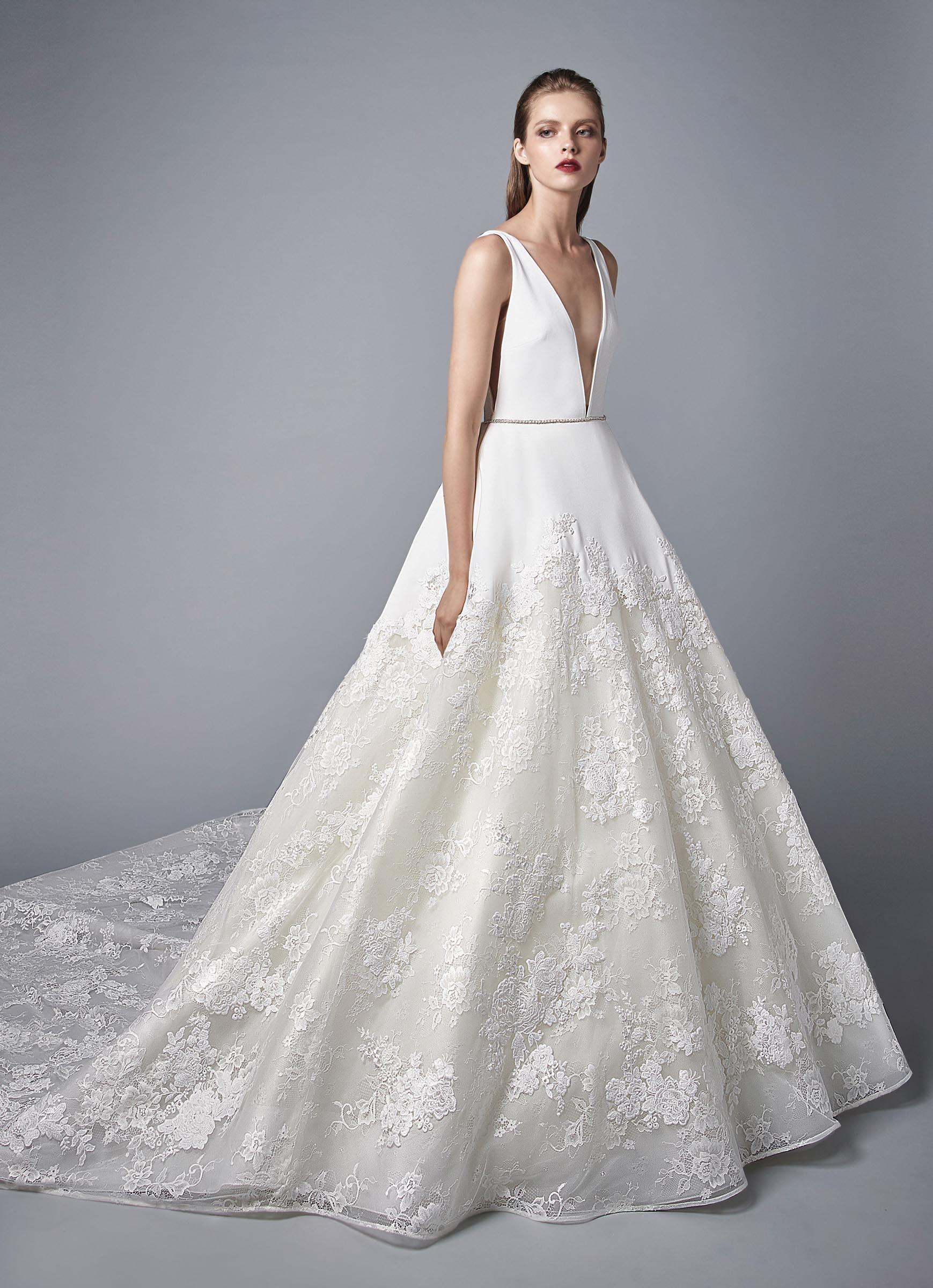 Weißes Brautkleid im Prinzessschnitt mit Spitze, tiefem V-Ausschnitt, Gürtel und Schleppe von Enzoani, Modell Nico, Frontansicht