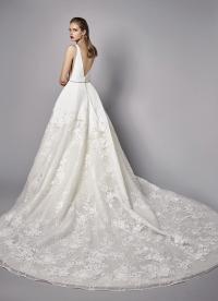 Weißes Brautkleid im Prinzessschnitt mit Spitze, tiefem V-Ausschnitt, Gürtel und Schleppe von Enzoani, Modell Nico, Rückansicht