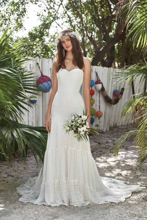 weißes, trägerloses Brautkleid aus Spitze im Hippie-Look von Lillian West, Modell 66031
