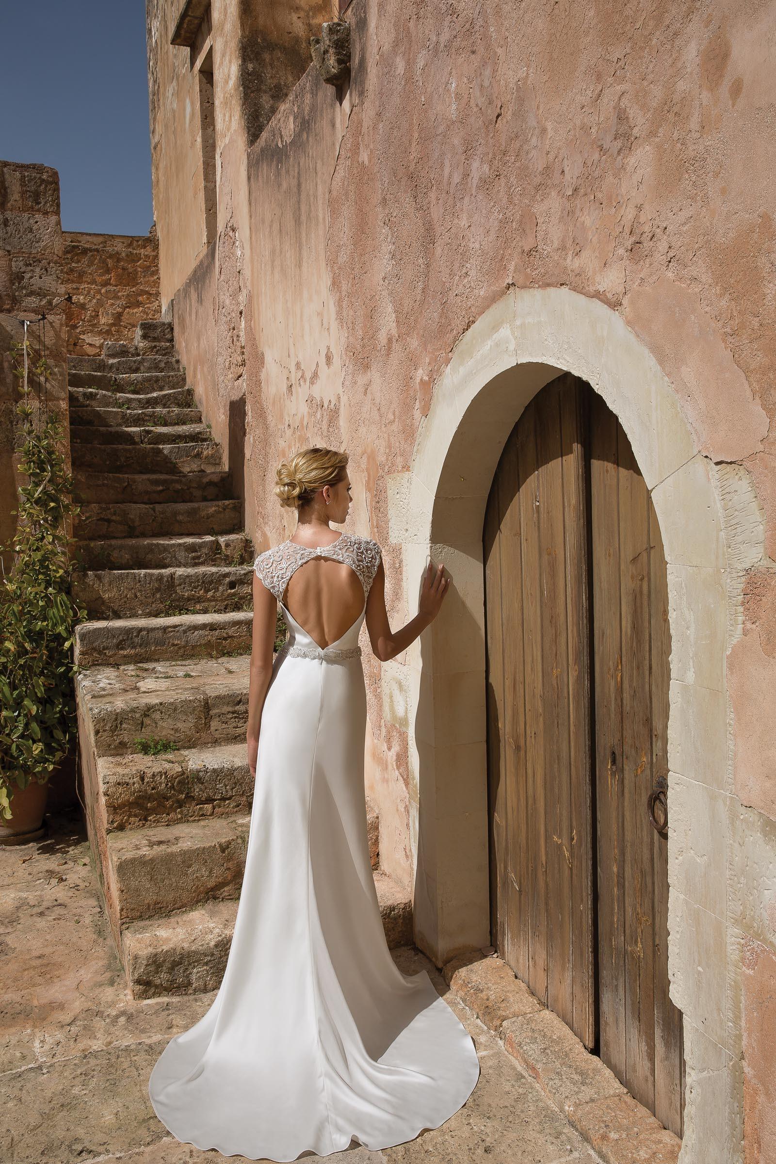 Hochgeschlossenes Brautkleid in Weiß mit Strass und Gürtel von Justin Alexander, Modell 88042