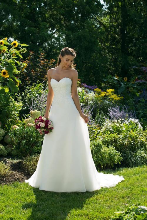 Trägerloses, weißes Brautkleid in A-Linie mit Ausschnitt in Herzform von Sweeetheart, Modell 11010