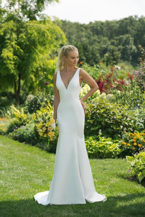 Cleanes, weißes Brautkleid im Fit-and-Flare-Schnitt mit tiefem V-Ausschnitt von Sweetheart, Modell 11018