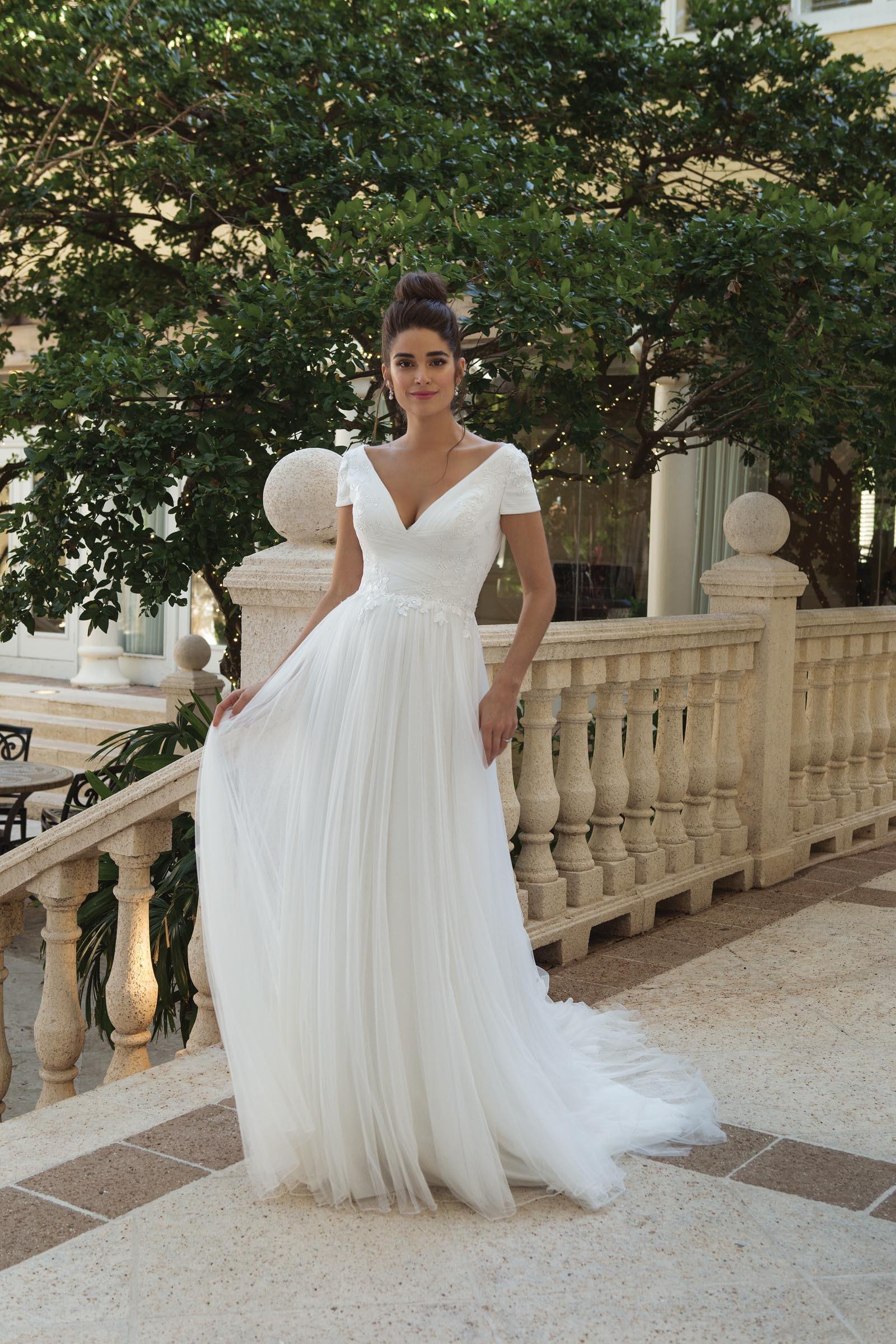 Weisses Kurzarm Brautkleid Mit V Ausschnitt Und Tullrock Von
