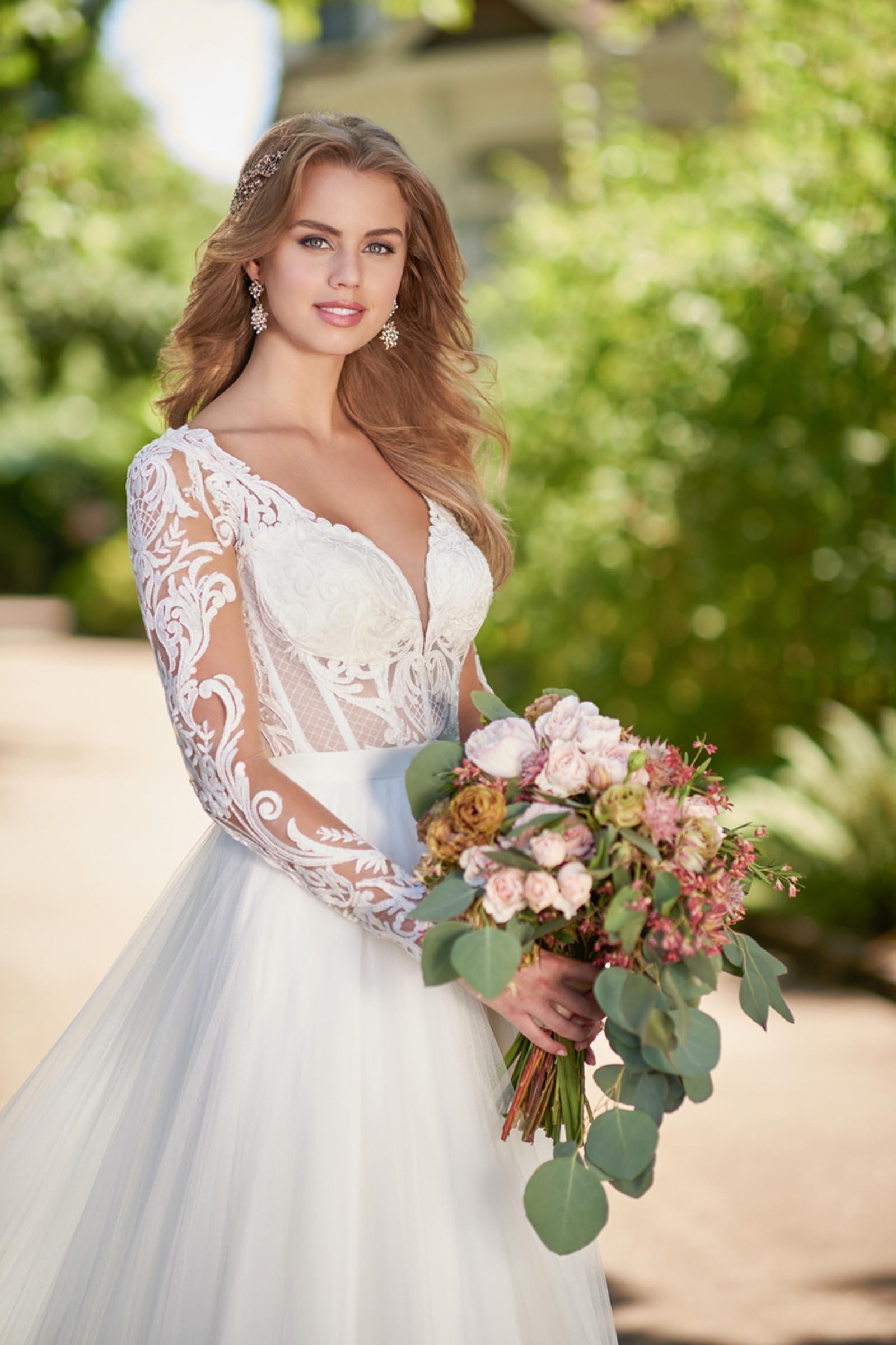 Braut-Outfit, bestehend aus transparenter Spitzenkorsage mit langen Spitzenärmeln und Tüllrock, von Martina Liana
