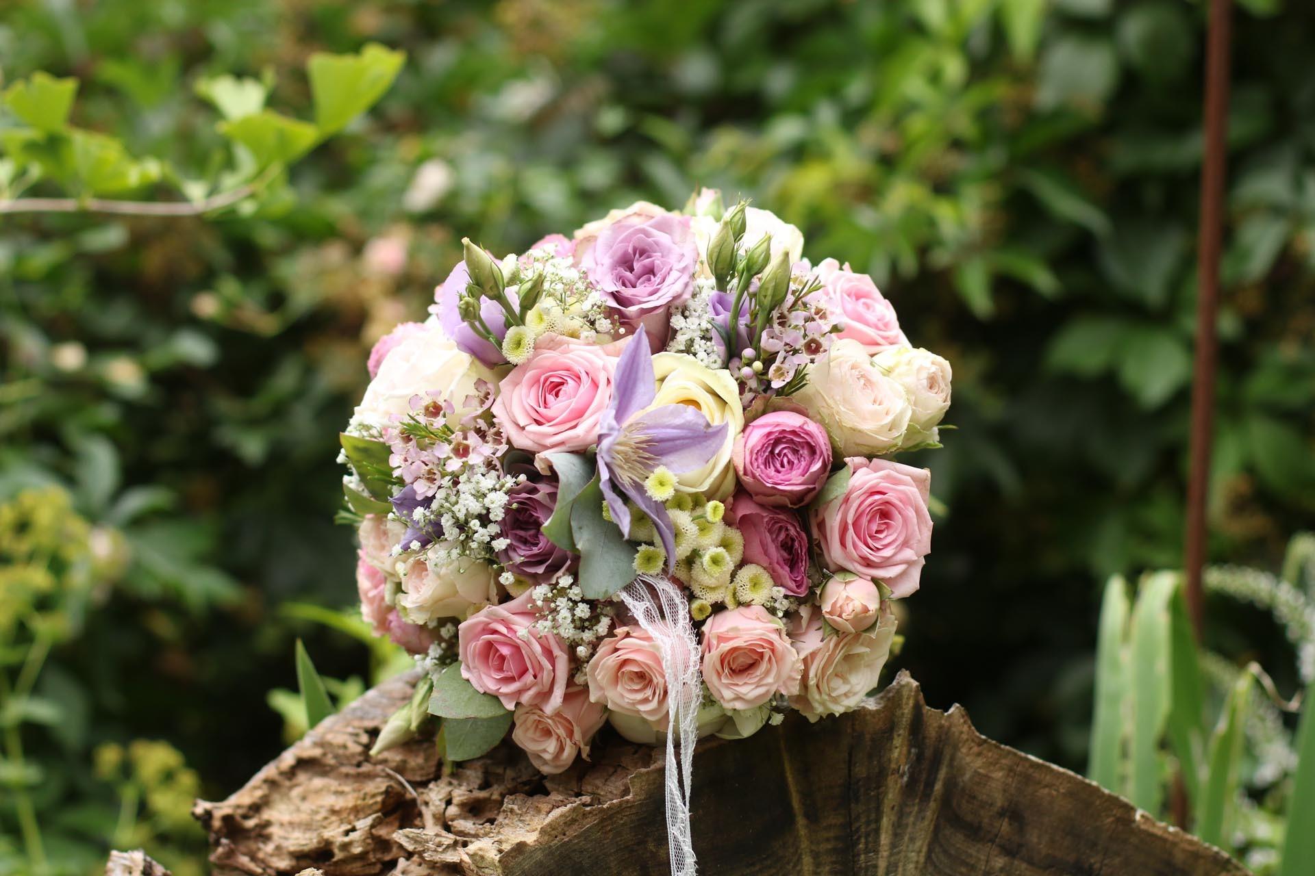 klassischer Brautstrauß mit Rosen und Schleierkraut
