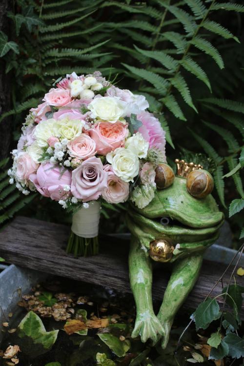 klassische Brautkugel mit Rosen