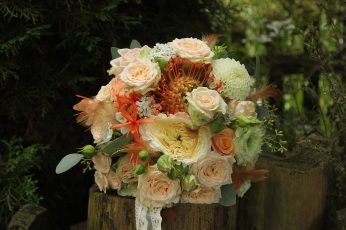 moderne Brautkugel aus Nadelkissen, Astern und Rosen