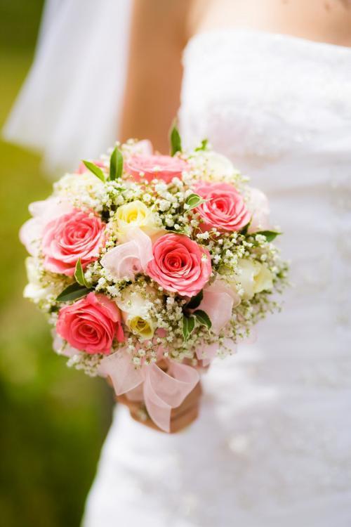 Brautkugel aus Rosen und Schleierkraut