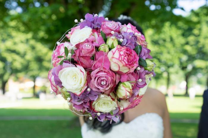 Verzierte Brautkugel aus Rosen