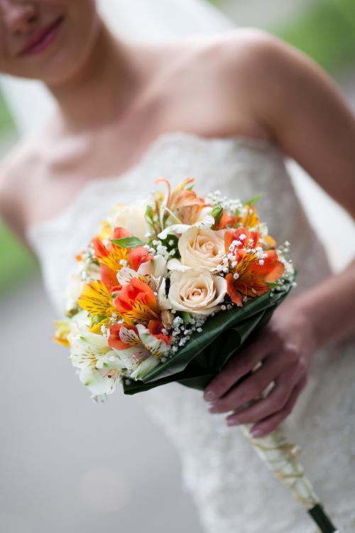 Brautkugel mit Rosen und Schleierkraut