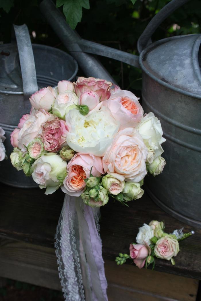 Brautkugel aus Pfingstrosen und normalen Rosen