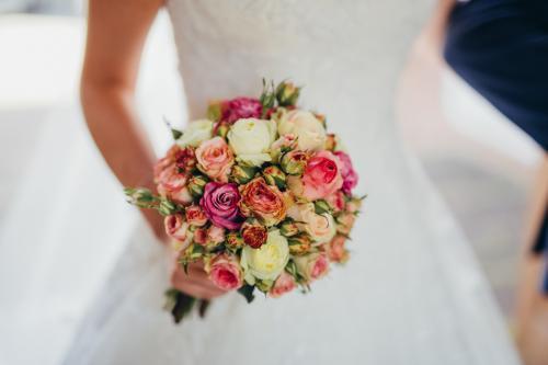Brautkugel aus verschiedenen Rosen