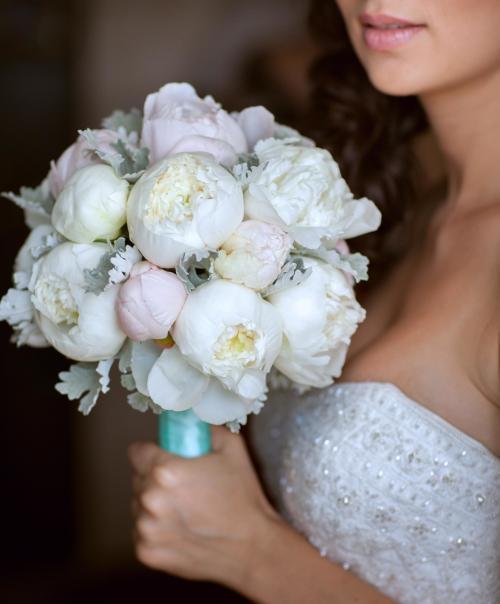 Brautkugel aus weißen Pfingstrosen