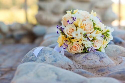 bunter Brautstrauß aus Rosen und Freesien