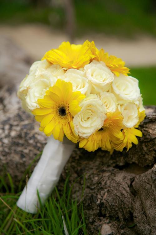 gelber Brautstrauß mit Gerbera und Rosen