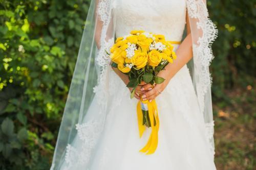 gelber Brautstrauß mit Rosen