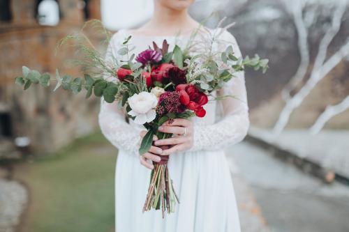 moderner Brautstrauß in Rot