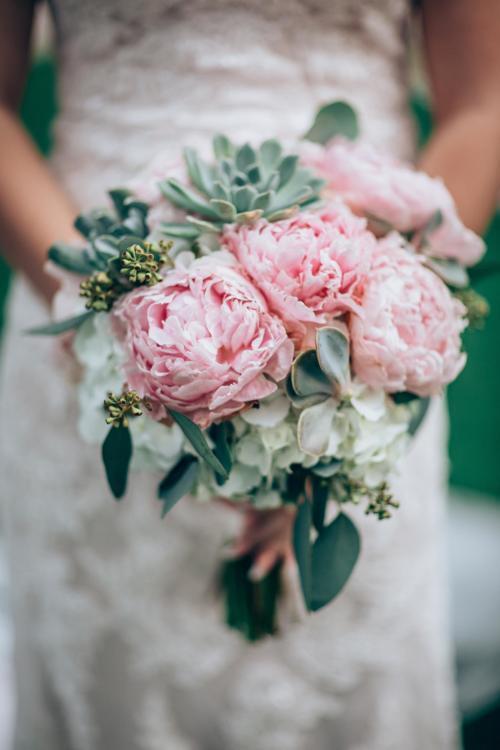moderner Brautstrauß in Rosa
