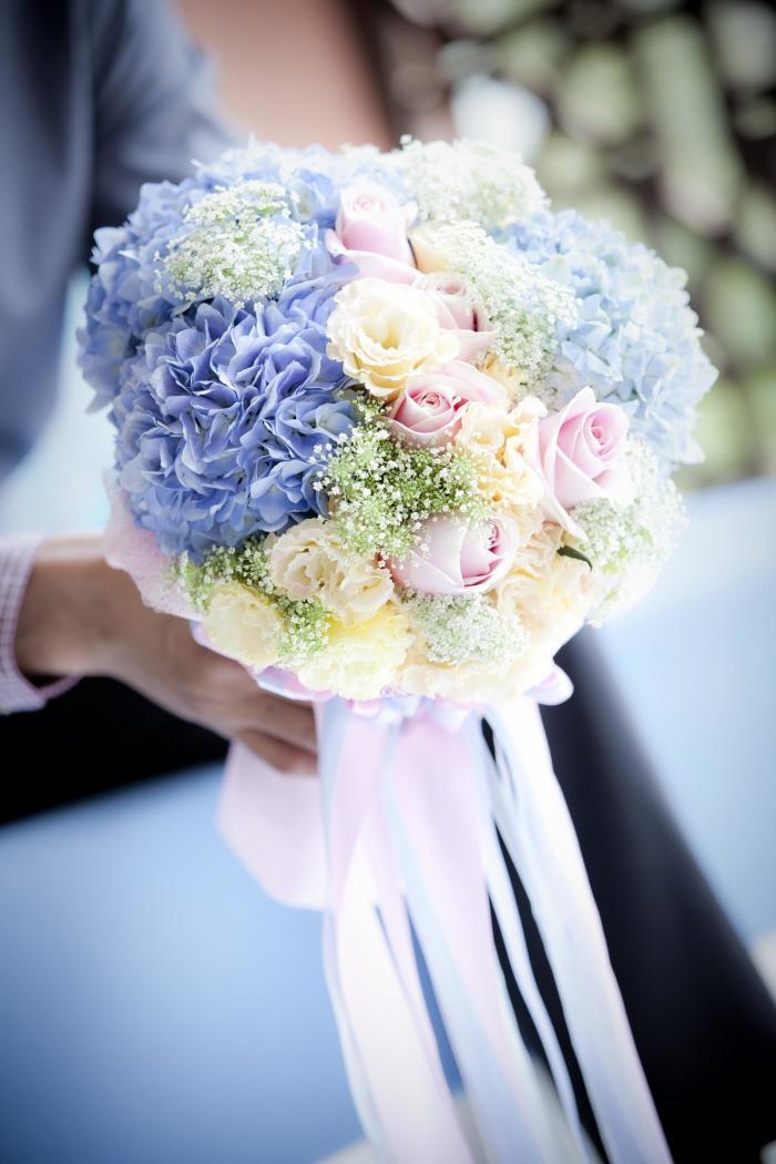 Brautstrauß mit Rosen und Hortensien