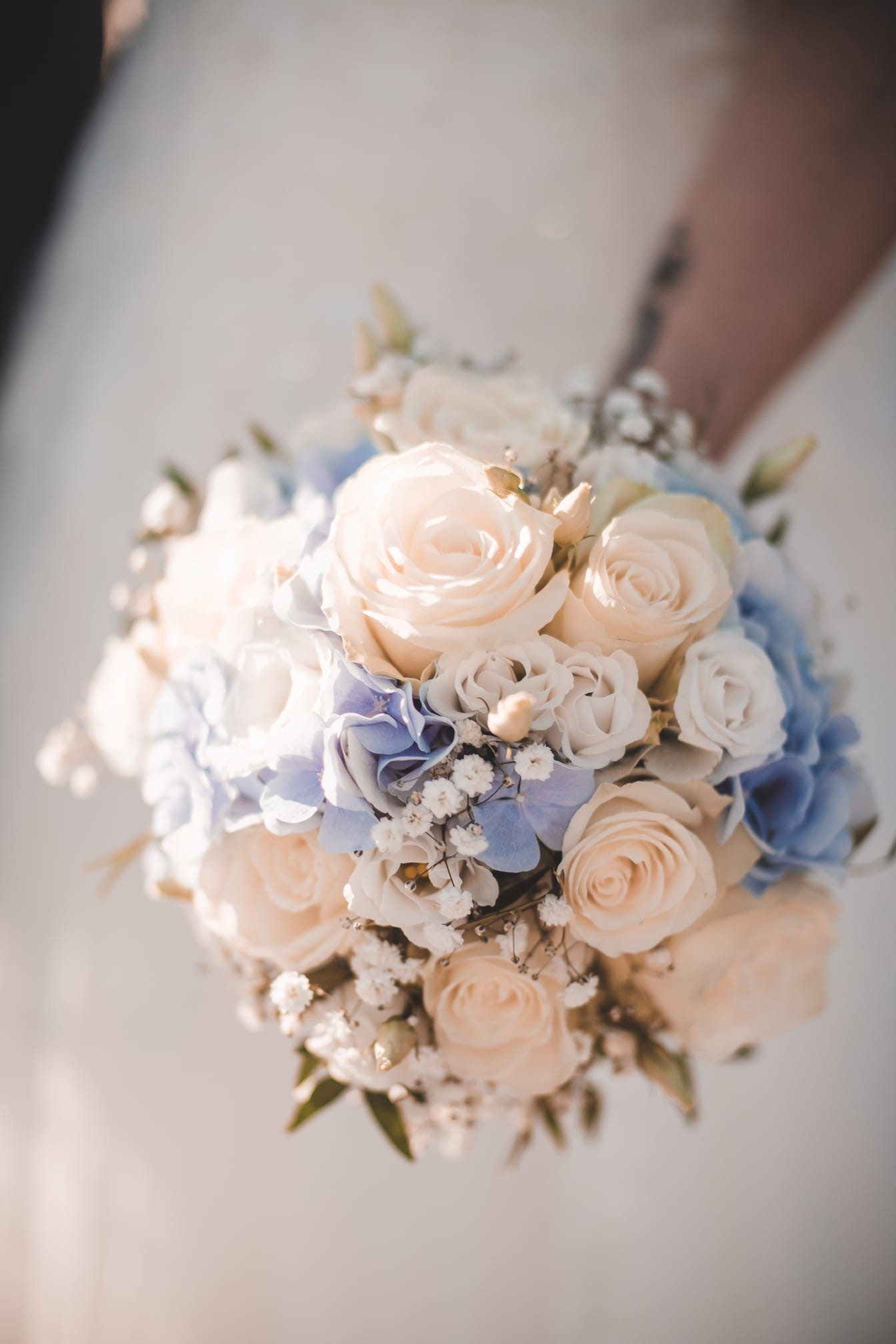 Blumenstrauß in Creme-Blau