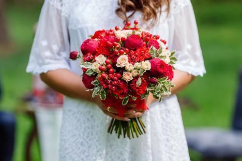 roter Blumenstrauß mit Hagebutten