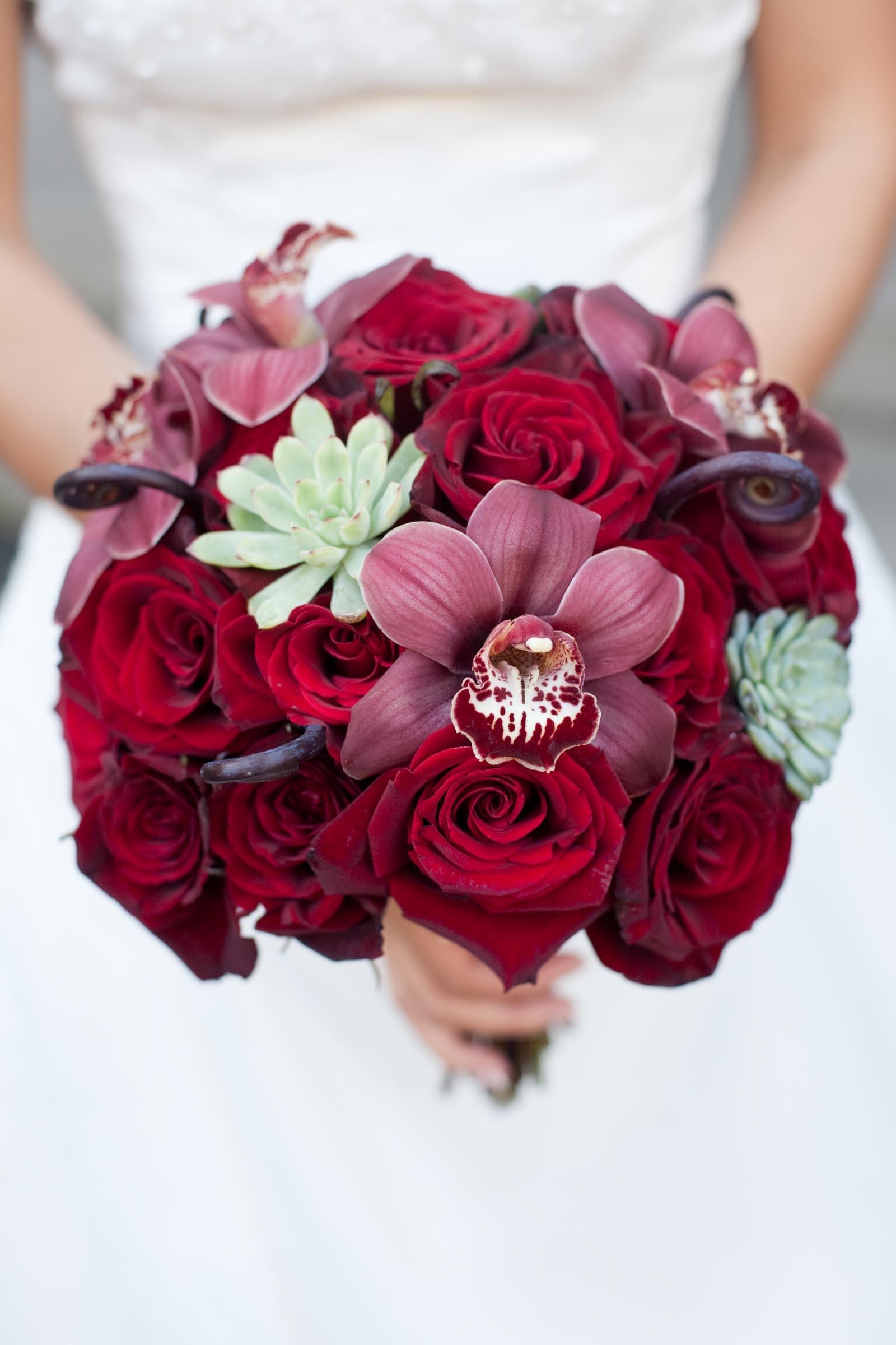 Brautkugel aus Rosen und Orchideen