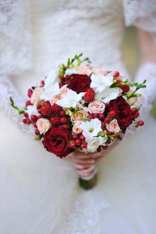 Brautstrauß mit Hagebutten