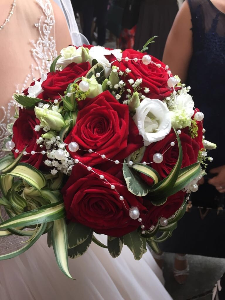 Klassische Brautkugel aus roten Rosen - Heiraten mit braut.de