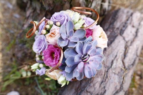 Brautstrauß mit Sukkulenten und Rosen