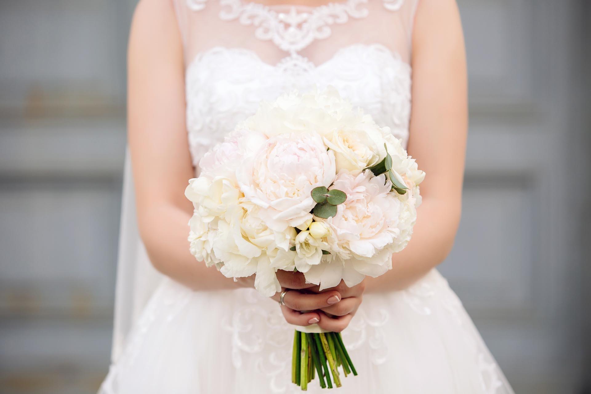 Schlichter Hochzeitsstrauss Aus Weissen Rosen Heiraten Mit Braut De