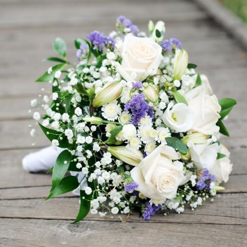 kleiner Brautstrauß in Weiß und Flieder