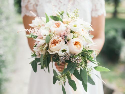 moderner Brautstrauß in warmen Tönen