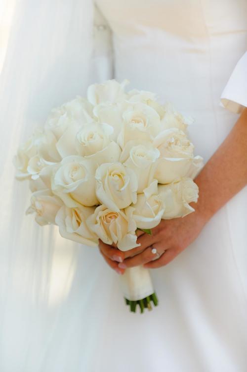 Hochzeitsstrauß aus cremefarbenen Rosen