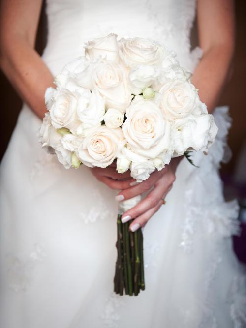 Hochzeitsstrauß aus weißen Rosen