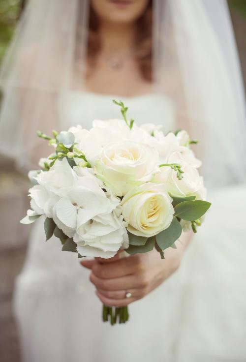 kleiner Brautstrauß in Weiß