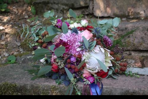 herbstlicher Brautstrauß mit Disteln und Brombeeren