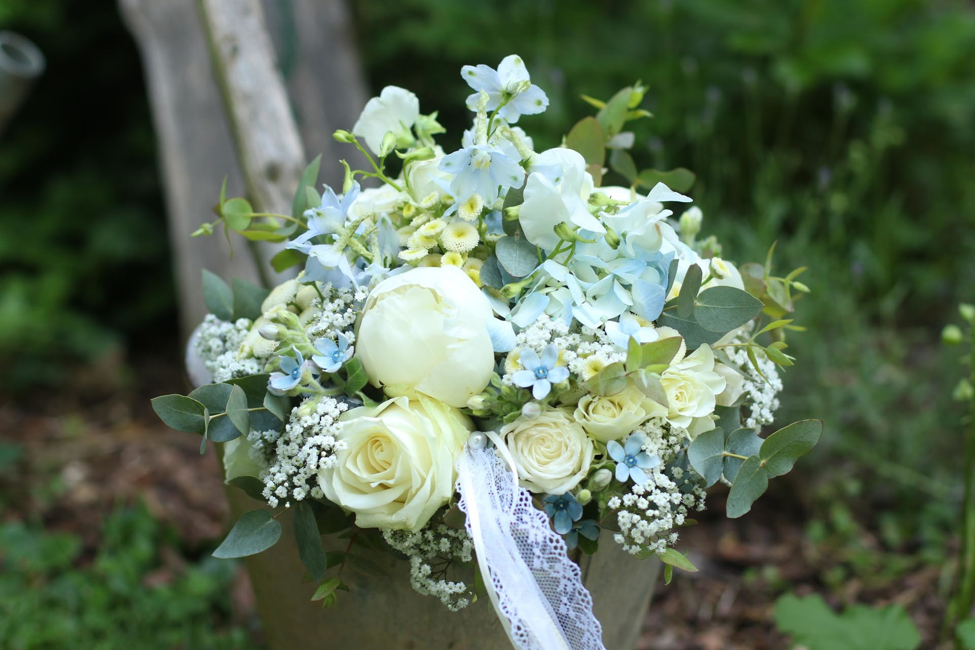 Brautstrauß strukturiert mit Frühlingsblumen
